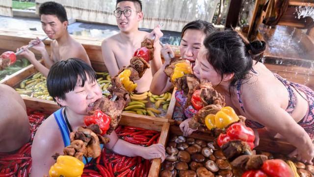 Khách sạn Trung Quốc khuyến mại món lẩu khổng lồ dịp năm mới - Ảnh 2.