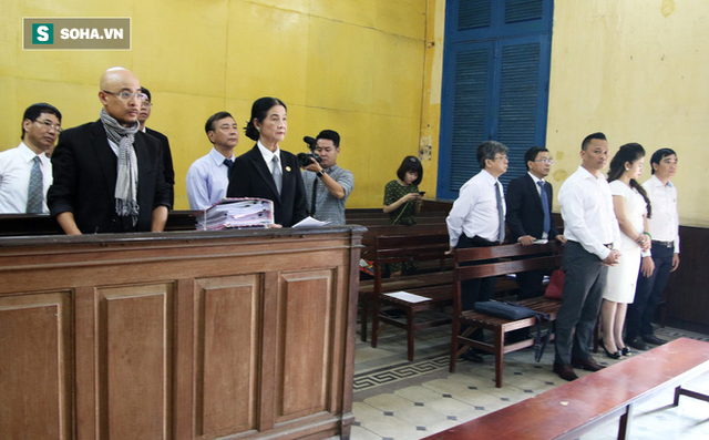 [ẢNH]: Ông Đặng Lê Nguyên Vũ và vợ không một lần ngoảnh mặt nhìn nhau tại phiên tòa xử ly hôn - Ảnh 1.