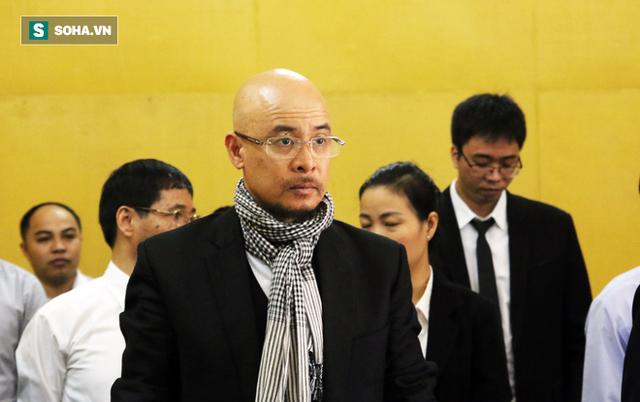 [ẢNH]: Ông Đặng Lê Nguyên Vũ và vợ không một lần ngoảnh mặt nhìn nhau tại phiên tòa xử ly hôn - Ảnh 2.