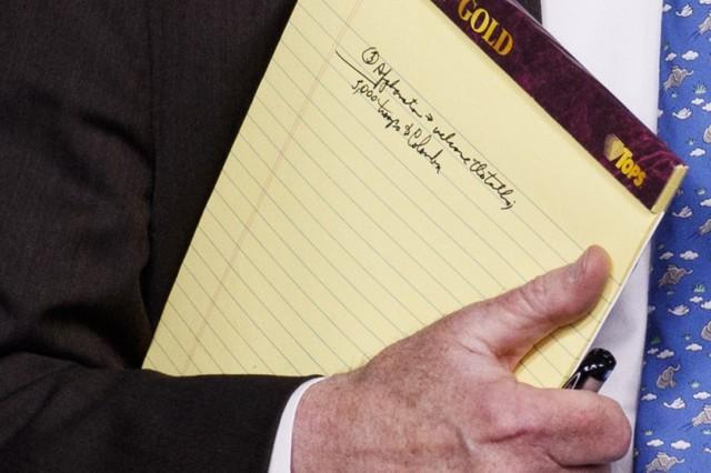 Cố vấn an ninh Nhà Trắng để lộ tờ ghi chép quan trọng: Phút hớ hênh hay thông điệp ngầm gửi tới Venezuela? - Ảnh 1.