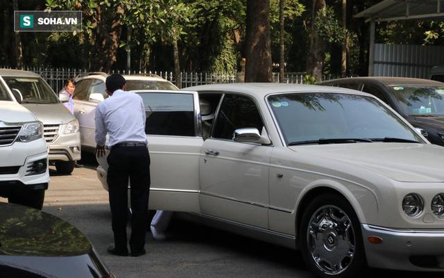 [ẢNH]: Ông Đặng Lê Nguyên Vũ và vợ không một lần ngoảnh mặt nhìn nhau tại phiên tòa xử ly hôn - Ảnh 11.