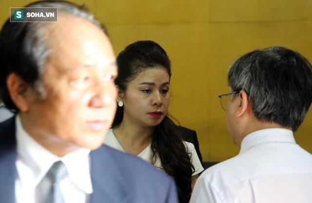 [ẢNH]: Ông Đặng Lê Nguyên Vũ và vợ không một lần ngoảnh mặt nhìn nhau tại phiên tòa xử ly hôn - Ảnh 12.