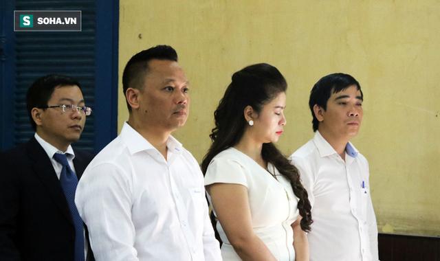 [ẢNH]: Ông Đặng Lê Nguyên Vũ và vợ không một lần ngoảnh mặt nhìn nhau tại phiên tòa xử ly hôn - Ảnh 3.