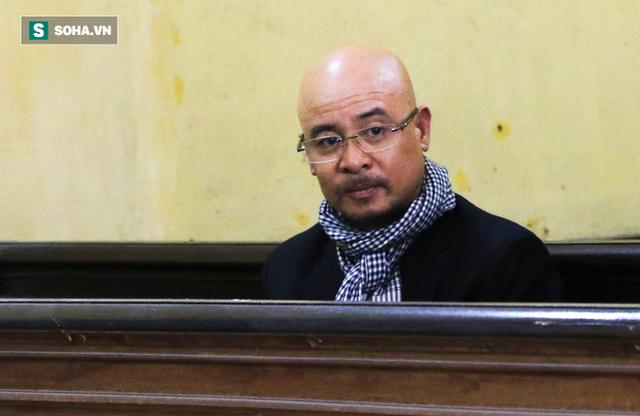 [ẢNH]: Ông Đặng Lê Nguyên Vũ và vợ không một lần ngoảnh mặt nhìn nhau tại phiên tòa xử ly hôn - Ảnh 4.