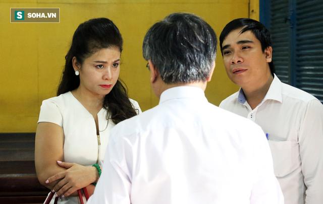 [ẢNH]: Ông Đặng Lê Nguyên Vũ và vợ không một lần ngoảnh mặt nhìn nhau tại phiên tòa xử ly hôn - Ảnh 5.