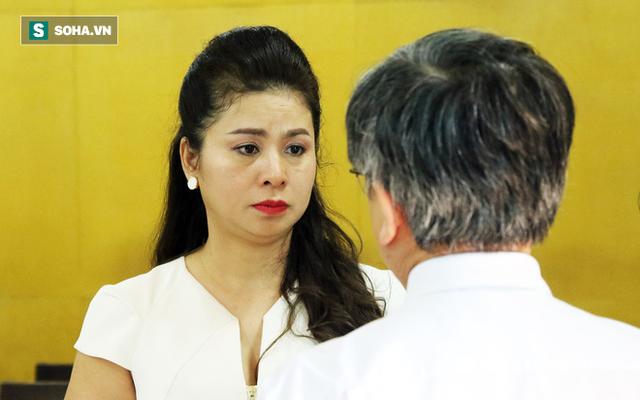 [ẢNH]: Ông Đặng Lê Nguyên Vũ và vợ không một lần ngoảnh mặt nhìn nhau tại phiên tòa xử ly hôn - Ảnh 6.