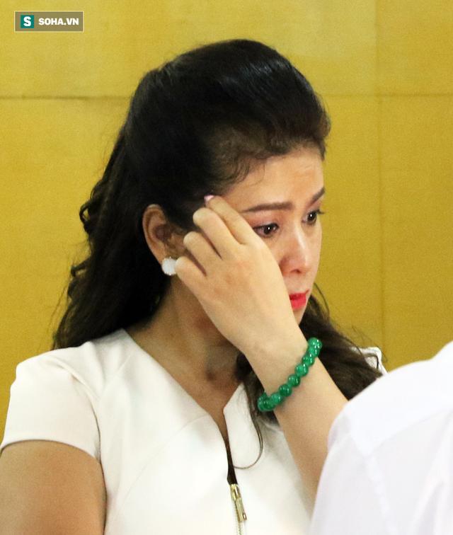 [ẢNH]: Ông Đặng Lê Nguyên Vũ và vợ không một lần ngoảnh mặt nhìn nhau tại phiên tòa xử ly hôn - Ảnh 7.