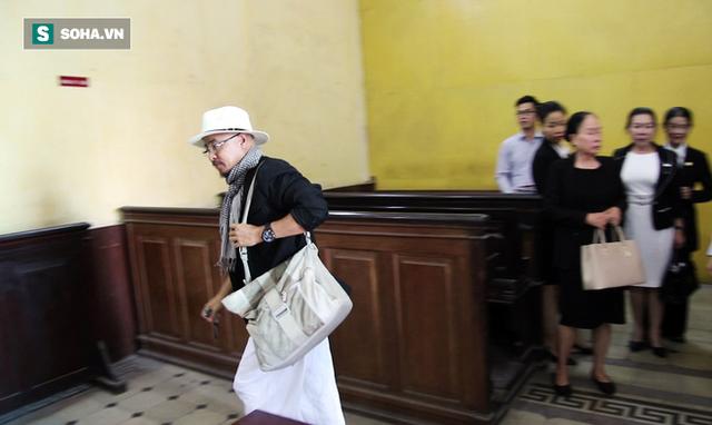 [ẢNH]: Ông Đặng Lê Nguyên Vũ và vợ không một lần ngoảnh mặt nhìn nhau tại phiên tòa xử ly hôn - Ảnh 8.