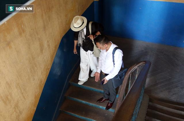 [ẢNH]: Ông Đặng Lê Nguyên Vũ và vợ không một lần ngoảnh mặt nhìn nhau tại phiên tòa xử ly hôn - Ảnh 9.