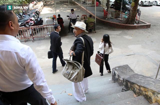 [ẢNH]: Ông Đặng Lê Nguyên Vũ và vợ không một lần ngoảnh mặt nhìn nhau tại phiên tòa xử ly hôn - Ảnh 10.