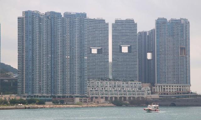 Giải mã những lỗ thủng bí ẩn giữa các tòa nhà chọc trời ở Hong Kong - Ảnh 2.