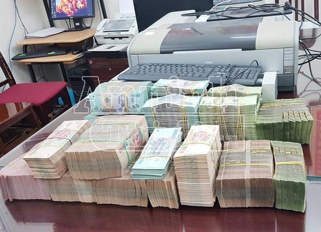 Nhân viên ngân hàng thông đồng chiếm đoạt 13 tỷ tiền gửi của khách hàng - Ảnh 2.