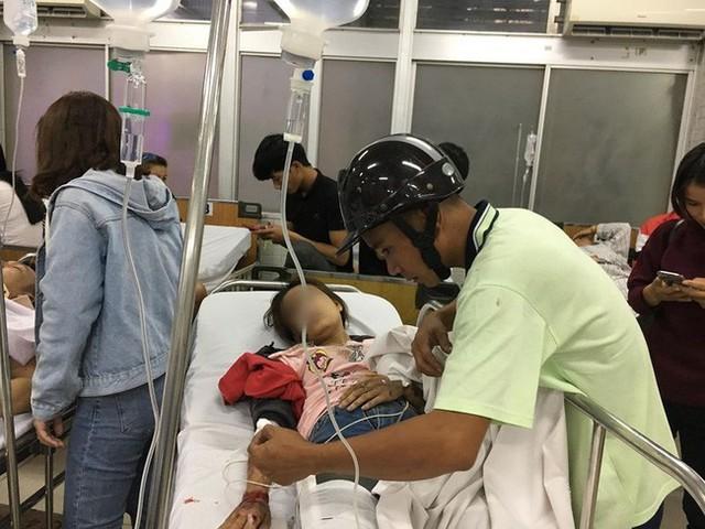 Tình người giữa đau thương: Anh xe ôm ở Long An bỏ hết công việc, bồng bế từng nạn nhân lên xe cấp cứu vào bệnh viện - Ảnh 5.
