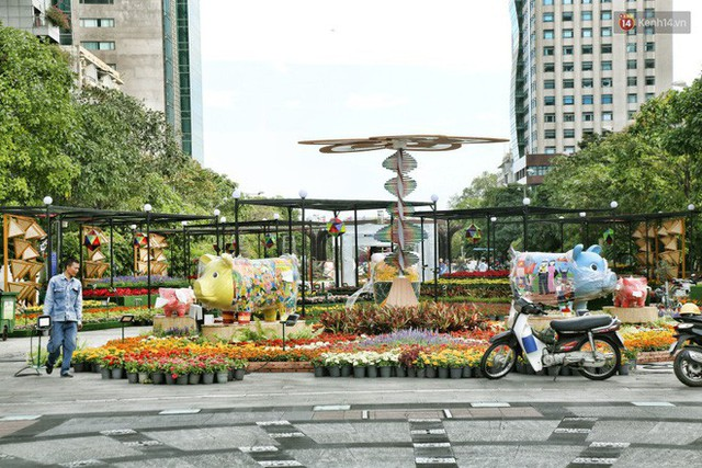 Close from Nguyen Hue Flower Road in Saigon before opening time to meet Tet Ky Hoi 2019 - Photo 17.