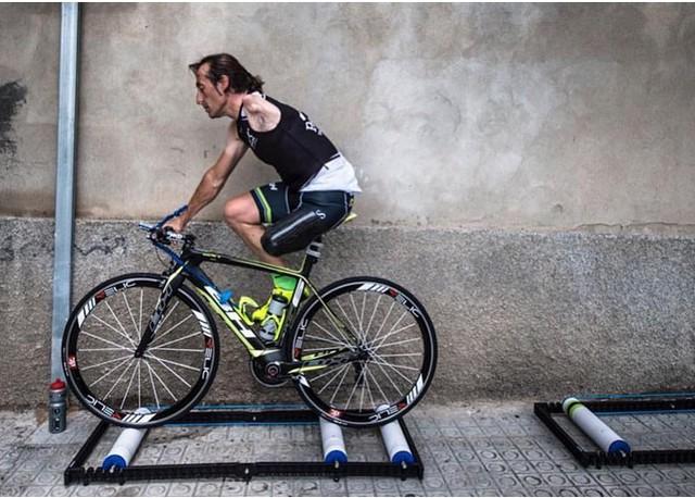 Chỉ có một chân, một tay nhưng người đàn ông này đã trở thành một tay đua xe đạp huyền thoại - Ảnh 2.