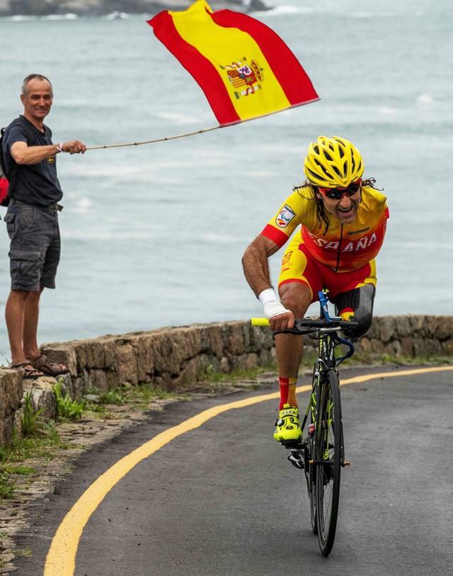 Chỉ có một chân, một tay nhưng người đàn ông này đã trở thành một tay đua xe đạp huyền thoại - Ảnh 6.