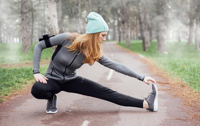 Trời lạnh thế này, tập thể dục buổi sáng hãy lưu ý những điều sau kẻo nguy hại cho sức khỏe - Ảnh 2.