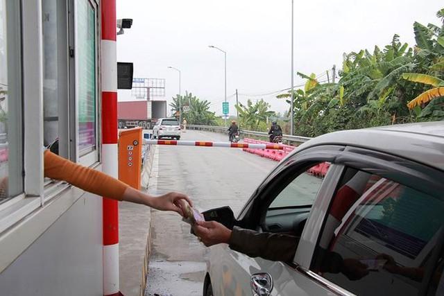 BOT Tiên Cựu xả trạm trong ngày đầu tiên thu phí - Ảnh 1.