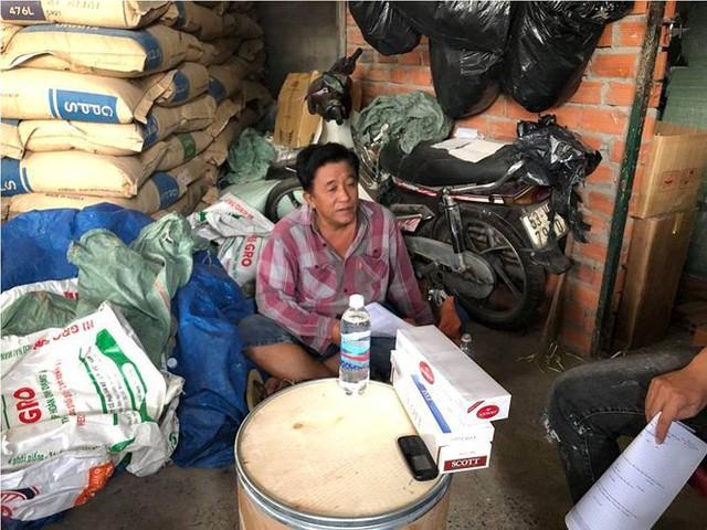 Gần 70.000 gói thuốc lá lậu giấu trong kho phế liệu ở Sài Gòn - Ảnh 1.