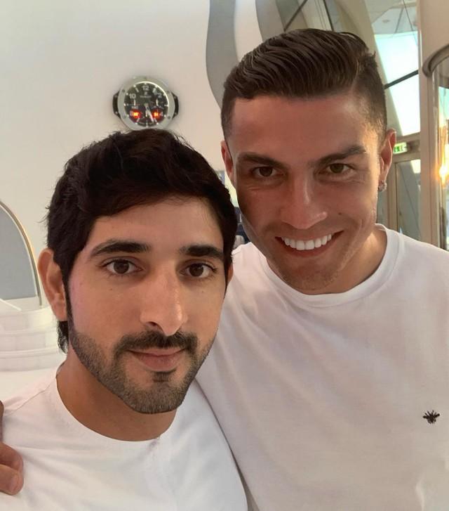 Hai trai đẹp siêu giàu trong một bức ảnh 6 triệu lượt like: Ronaldo nhiều tiền mấy cũng chỉ là muỗi so với thanh niên bên cạnh - Ảnh 3.