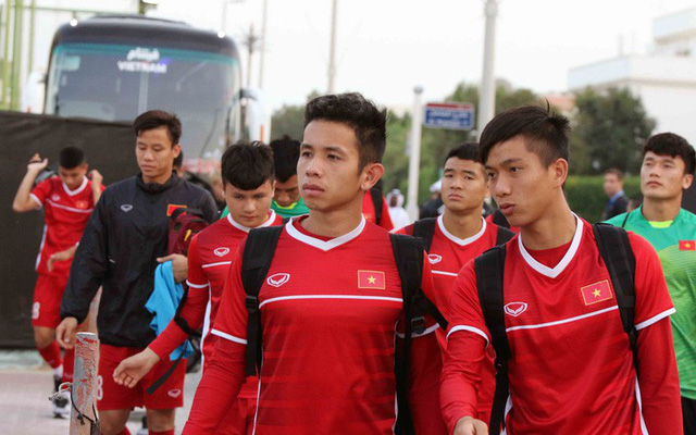HLV Park Hang-seo vui hết cỡ, tuyển Việt Nam cười trở lại trong buổi tập đầu ở UAE - Ảnh 1.