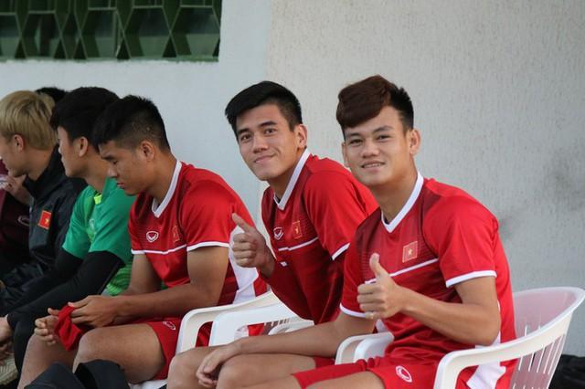 HLV Park Hang-seo vui hết cỡ, tuyển Việt Nam cười trở lại trong buổi tập đầu ở UAE - Ảnh 2.