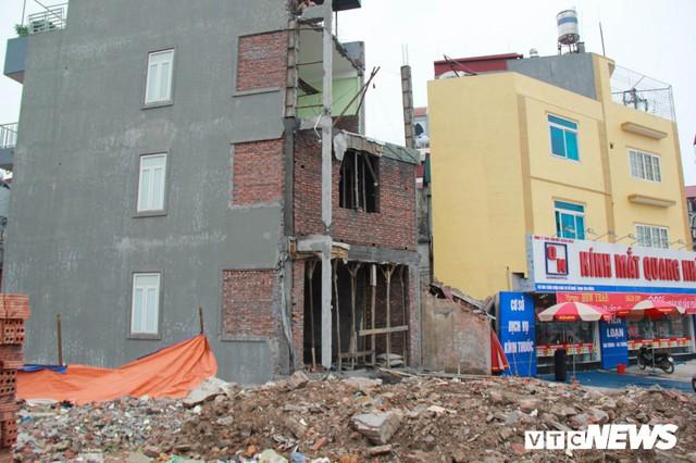 Ảnh: Đường chưa làm xong, nhà siêu mỏng, siêu méo đã mọc lên nhan nhản ở Hà Nội - Ảnh 2.