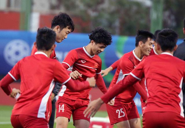 HLV Park Hang-seo vui hết cỡ, tuyển Việt Nam cười trở lại trong buổi tập đầu ở UAE - Ảnh 11.