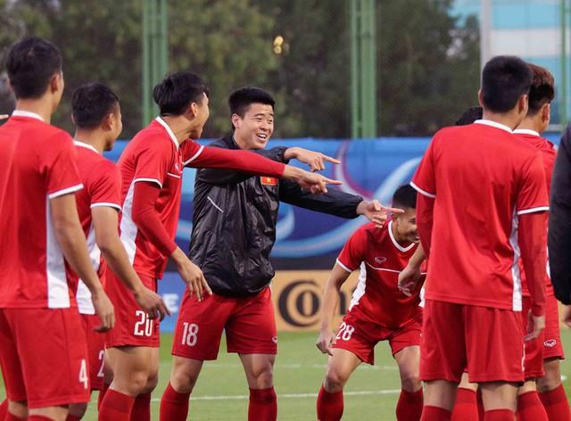 HLV Park Hang-seo vui hết cỡ, tuyển Việt Nam cười trở lại trong buổi tập đầu ở UAE - Ảnh 12.