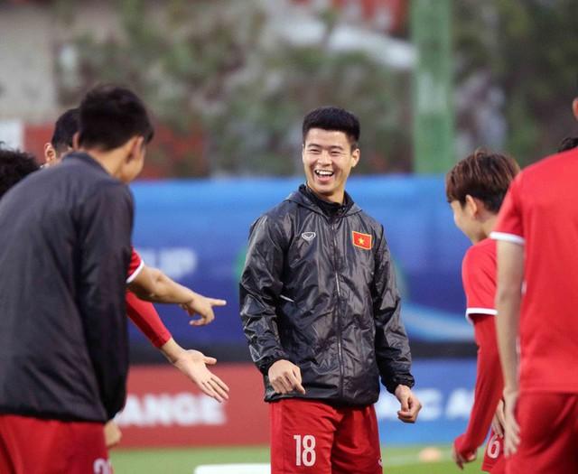 HLV Park Hang-seo vui hết cỡ, tuyển Việt Nam cười trở lại trong buổi tập đầu ở UAE - Ảnh 13.