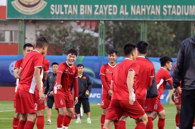 HLV Park Hang-seo vui hết cỡ, tuyển Việt Nam cười trở lại trong buổi tập đầu ở UAE - Ảnh 14.