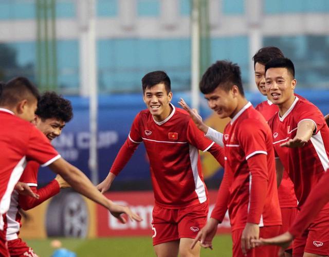 HLV Park Hang-seo vui hết cỡ, tuyển Việt Nam cười trở lại trong buổi tập đầu ở UAE - Ảnh 15.