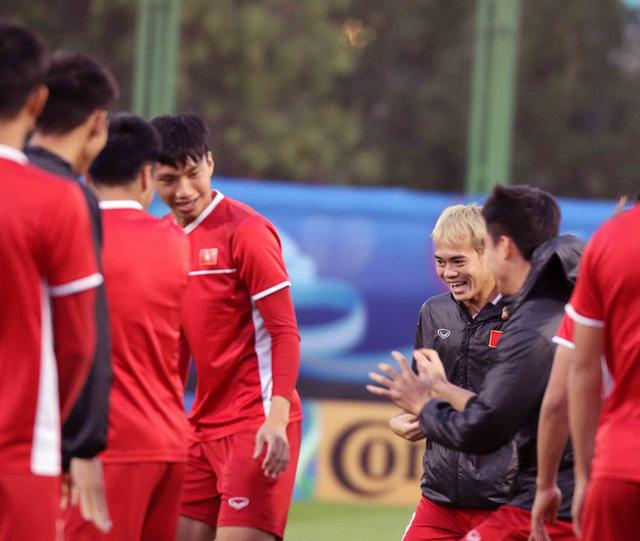 HLV Park Hang-seo vui hết cỡ, tuyển Việt Nam cười trở lại trong buổi tập đầu ở UAE - Ảnh 16.