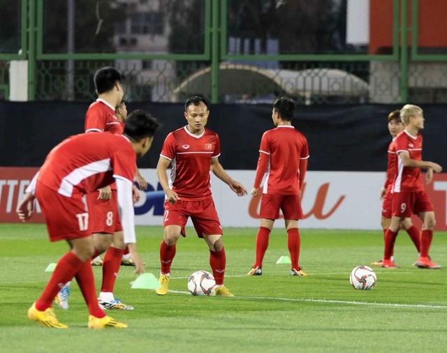 HLV Park Hang-seo vui hết cỡ, tuyển Việt Nam cười trở lại trong buổi tập đầu ở UAE - Ảnh 17.