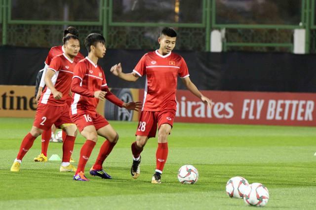 HLV Park Hang-seo vui hết cỡ, tuyển Việt Nam cười trở lại trong buổi tập đầu ở UAE - Ảnh 18.