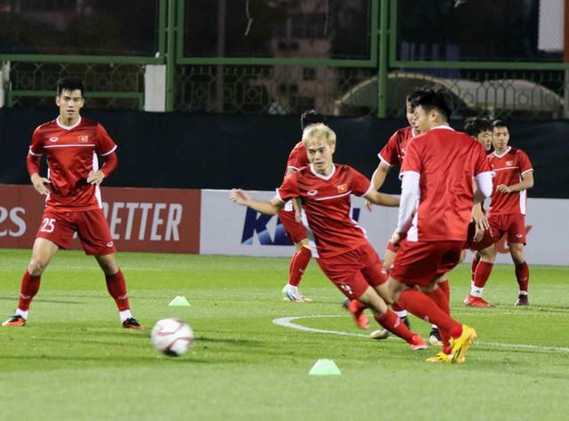 HLV Park Hang-seo vui hết cỡ, tuyển Việt Nam cười trở lại trong buổi tập đầu ở UAE - Ảnh 19.