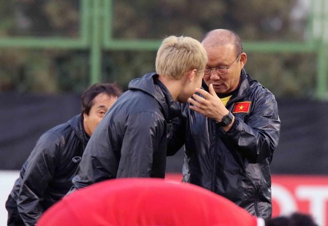 HLV Park Hang-seo vui hết cỡ, tuyển Việt Nam cười trở lại trong buổi tập đầu ở UAE - Ảnh 6.