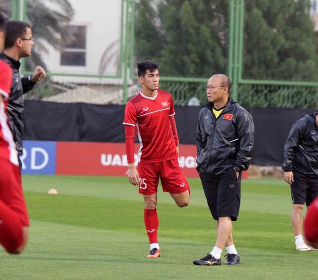 HLV Park Hang-seo vui hết cỡ, tuyển Việt Nam cười trở lại trong buổi tập đầu ở UAE - Ảnh 7.