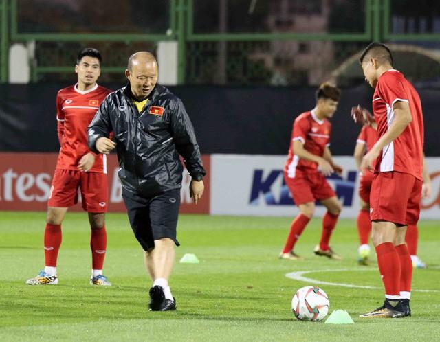 HLV Park Hang-seo vui hết cỡ, tuyển Việt Nam cười trở lại trong buổi tập đầu ở UAE - Ảnh 8.