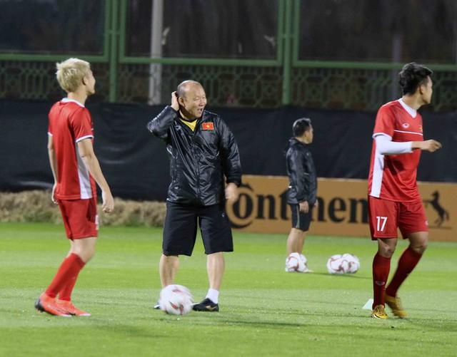 HLV Park Hang-seo vui hết cỡ, tuyển Việt Nam cười trở lại trong buổi tập đầu ở UAE - Ảnh 9.