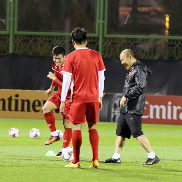 HLV Park Hang-seo vui hết cỡ, tuyển Việt Nam cười trở lại trong buổi tập đầu ở UAE - Ảnh 10.