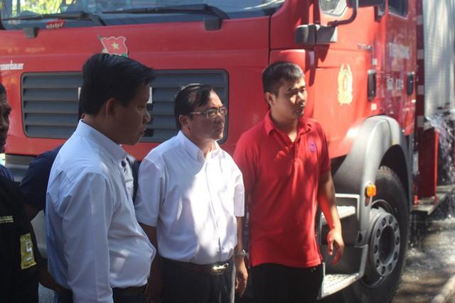 Cháy lớn tại cửa hàng trưng bày xe, PCT tỉnh Tiền Giang trực tiếp chỉ đạo chữa cháy - Ảnh 2.