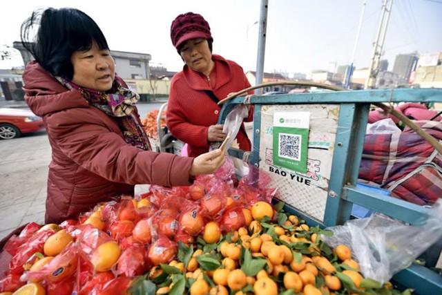 Tiền mặt và thẻ tín dụng bị soán ngôi, người Trung Quốc đi chợ cũng phải sử dụng smartphone để thanh toán - Ảnh 1.