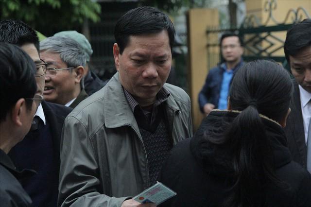 Bị cáo Trương Quý Dương nhờ người dìu khỏi tòa vụ chạy thận Hòa Bình - Ảnh 1.