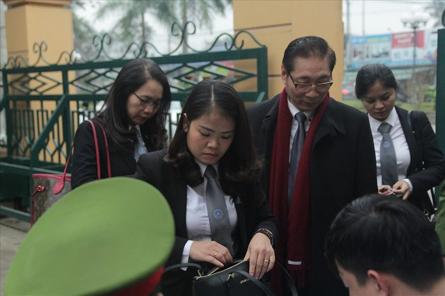 Bị cáo Trương Quý Dương nhờ người dìu khỏi tòa vụ chạy thận Hòa Bình - Ảnh 2.