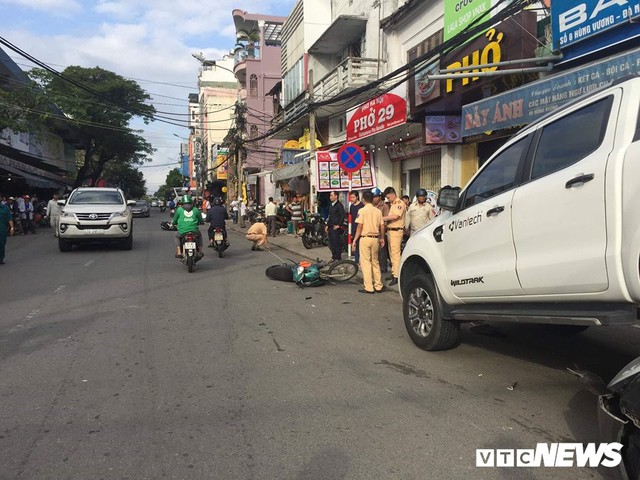 Xe 'điên' lùi 30m đâm liên hoàn 2 xe máy, trèo lên đầu xe hơi ở Đà Nẵng - Ảnh 3.