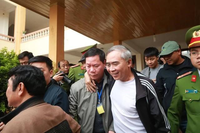 Bị cáo Trương Quý Dương nhờ người dìu khỏi tòa vụ chạy thận Hòa Bình - Ảnh 3.