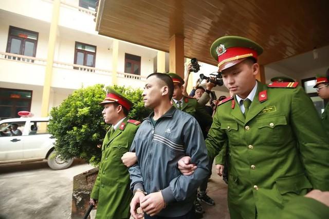 Bị cáo Trương Quý Dương nhờ người dìu khỏi tòa vụ chạy thận Hòa Bình - Ảnh 4.