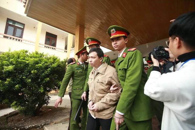 Bị cáo Trương Quý Dương nhờ người dìu khỏi tòa vụ chạy thận Hòa Bình - Ảnh 5.