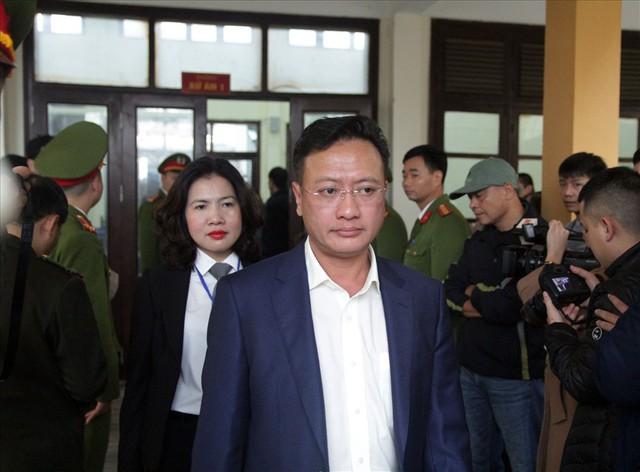 Bị cáo Trương Quý Dương nhờ người dìu khỏi tòa vụ chạy thận Hòa Bình - Ảnh 6.